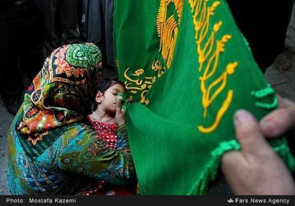 تبرک-پرچم-حرم-امام-رضاع-توسط-بیماران-با-چشم-گریان-8