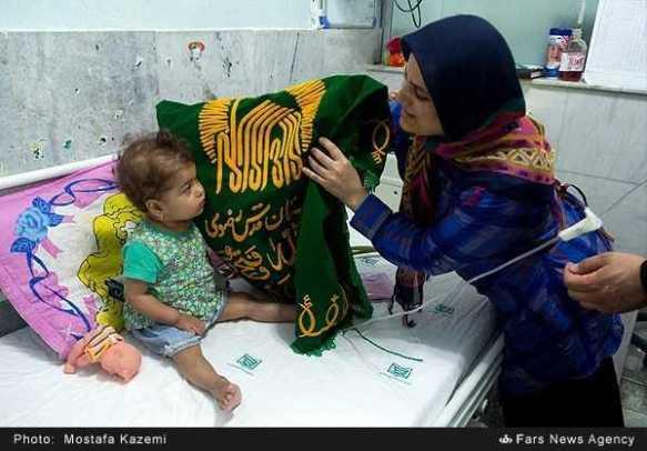 تبرک-پرچم-حرم-امام-رضاع-توسط-بیماران-با-چشم-گریان-9