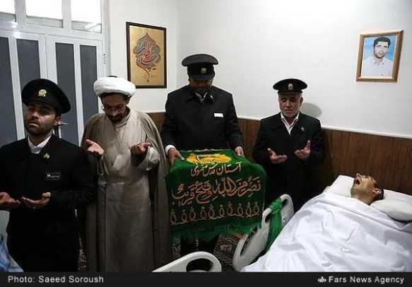 تبرک-پرچم-حرم-امام-رضاع-توسط-بیماران-با-چشم-گریان-19