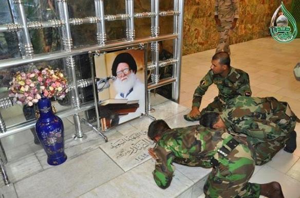 سجود الشيعة لقبر محمد الصدر2 (1)